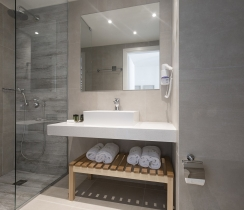 Sharing Pool Suite  - Bathroom